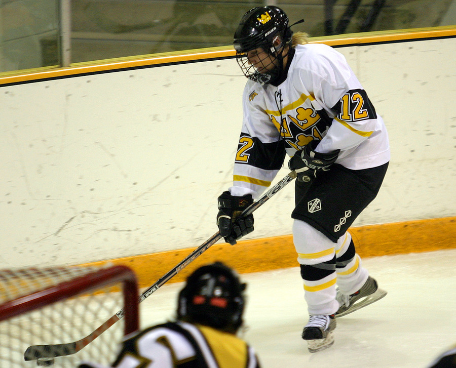 Jessica Doig carries the puck behind the net.