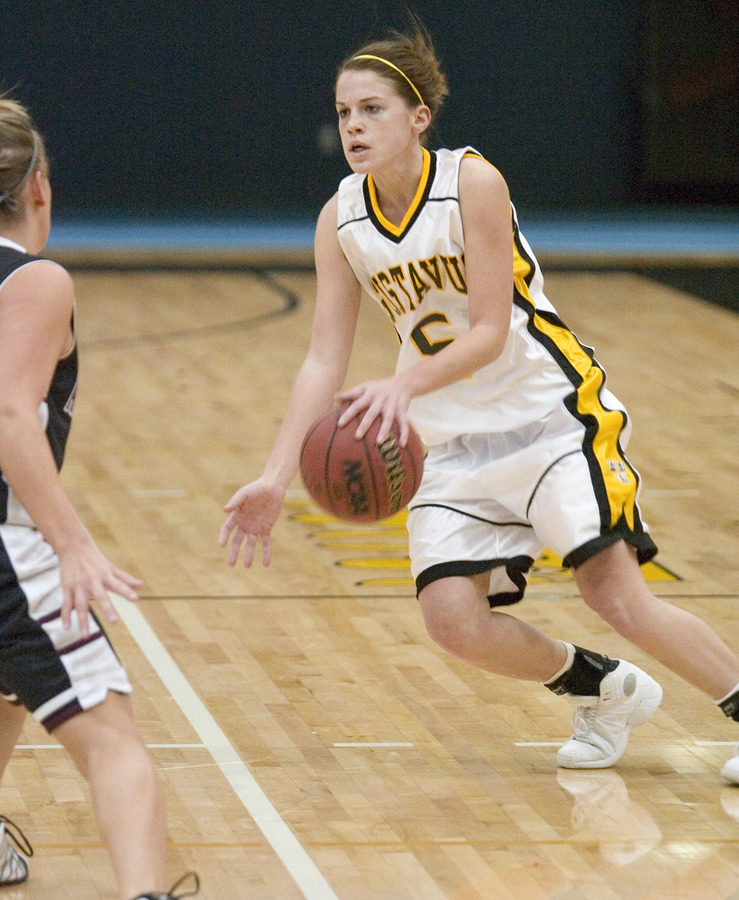 Bri Radtke handles the ball on the perimeter.