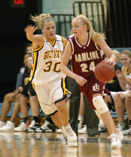 Emily Nelson pressures Britta Schwartzhoff on the perimeter.