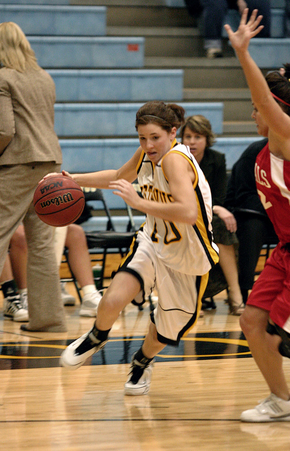 Elise Biewen drives to the hoop.