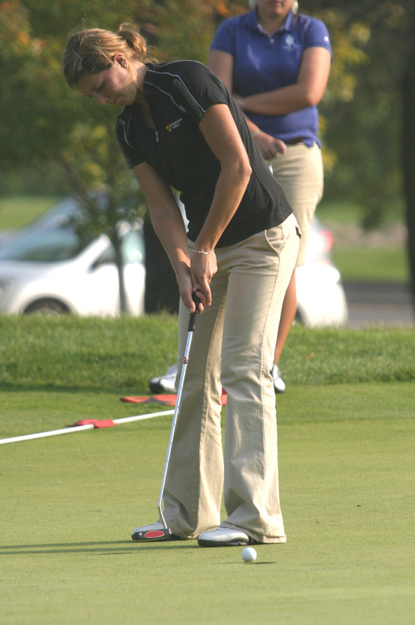 Kimbra Kosak holes a putt on the 18th green.