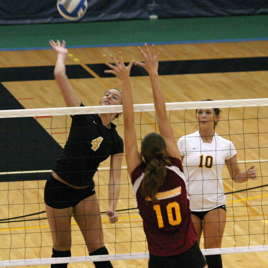 Angela Ahrendt goes up for the attack.