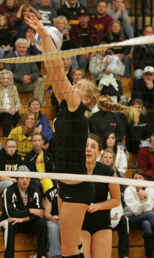 Meghan Gehring goes up for the block. (Josh Young/SportPix)