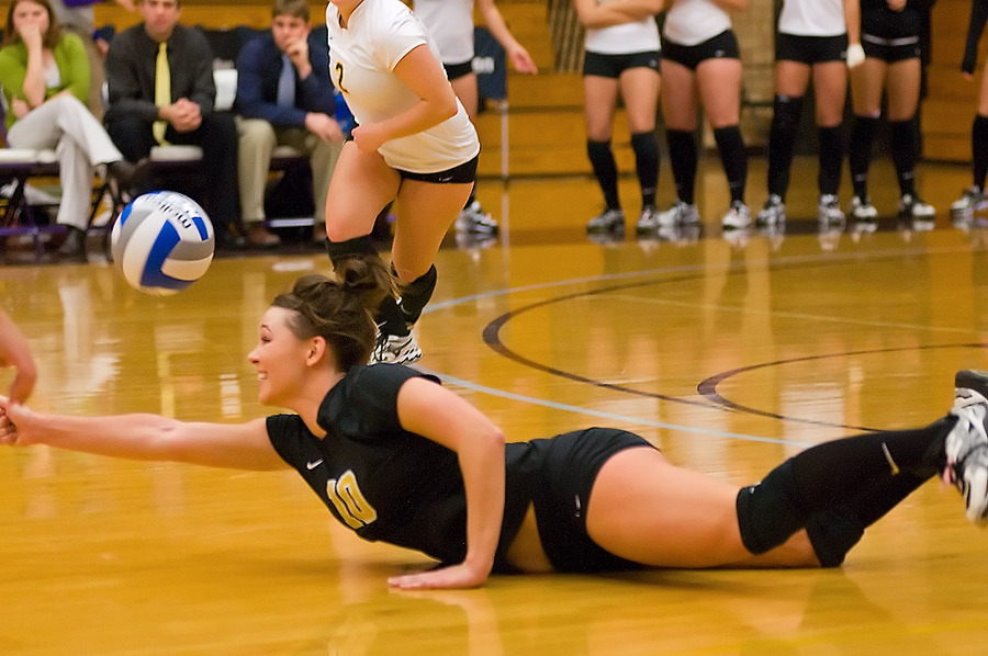 Emily Klein dives to keep the ball in play. (Courtesy Greg Smith)