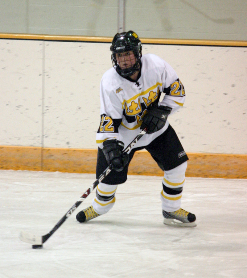 Sara Yungner sets to pass the puck up the ice for Gustavus.