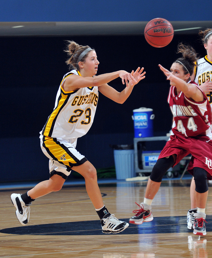 Molly Geske makes a pass. (Brian Fowler, SportPix)