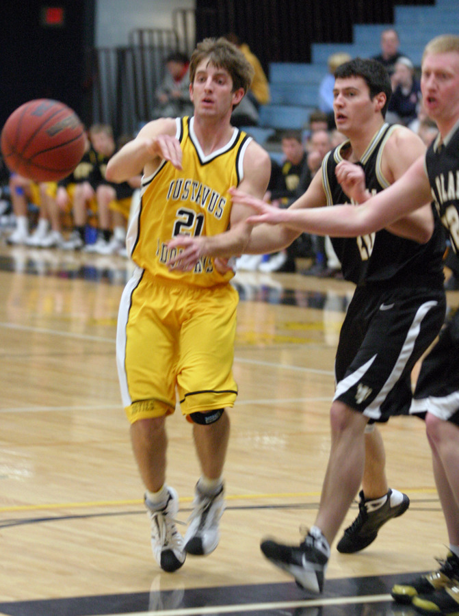 Jesse Van Sickle passes to a teammate on the baseline.